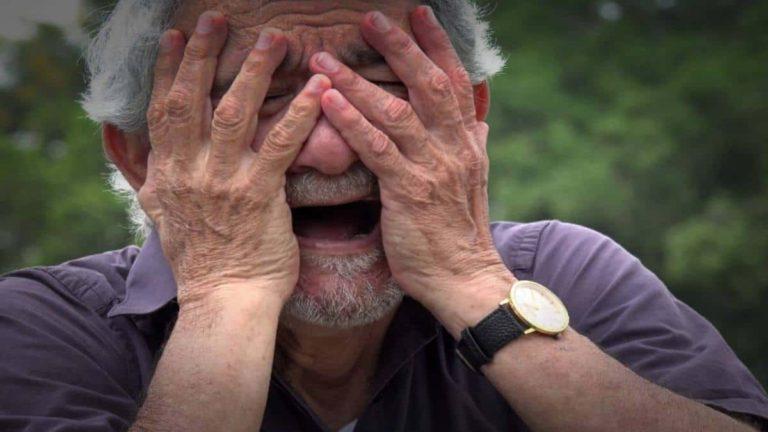 لماذا يصرخ مريض الزهايمر ويبكي
